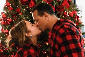 Jennifer Lopez and Alex Rodriguez kissing